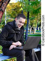 ευτυχισμένος , laptop , υπαίθριος , άντραs
