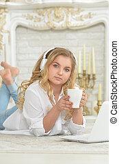 εφηβικής ηλικίας , ακουστικά , κορίτσι , κειμένος , πάτωμα