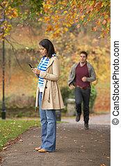 εφηβικής ηλικίας , περί , αυτήν , ευκίνητος τηλέφωνο , τρέξιμο , καλώ , φόντο , κατασκευή , κορίτσι , εραστής