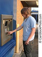εφηβική ηλικία, αγόρι,  ATM, χρησιμοποιώνταs