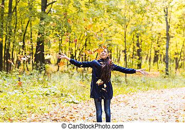 εφηβική ηλικία , φύλλα , φθινόπωρο αναδασώνω , πορτραίτο , κορίτσι , παίξιμο
