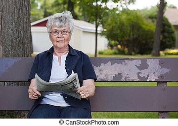 εφημερίδα , ανώτερος γυναίκα , πάρκο , διάβασμα