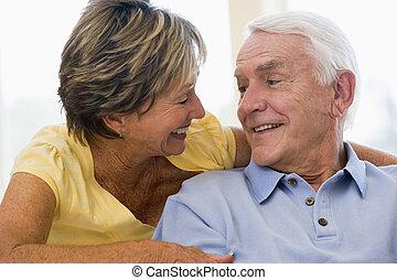 ζευγάρι , ανακουφίζω από δυσκοιλιότητα , μέσα , καθιστικό , χαμογελαστά
