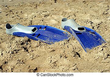 ζευγάρι , από , swimfins , αναμμένος άρθρο άμμος , στη θάλασσα