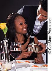 ζευγάρι , αφρικανός , δώρο , ανάμιξη