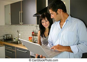 ζευγάρι , αόρ. του stand , laptop , κουζίνα