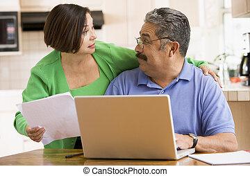 ζευγάρι , γραφική δουλειά , laptop , κουζίνα