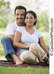 ζευγάρι , κάθονται , έξω , αναμμένος αγρός , χαμογελαστά , (selective, focus)