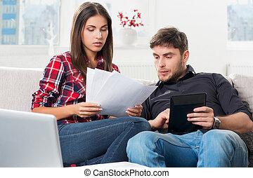 ζευγάρι , υπολογιστικός , δικό τουs , οικιακός , γραμμάτια , στο σπίτι