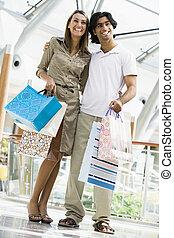 ζευγάρι , ψώνια , μέσα , δημόσιος περίπατος