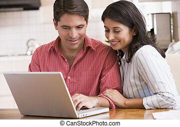 ζευγάρι , laptop , χαμογελαστά , κουζίνα