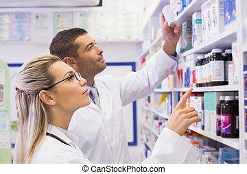 ζεύγος ζώων , από , φαρμακοποιός , looking at , φάρμακο