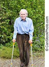 ηλικιωμένος ανήρ , χρησιμοποιώνταs , πήχυς , βοήθεια , αναφορικά σε βαδίζω