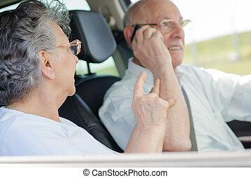 ηλικιωμένος ανδρόγυνο , αναμμένος άρθρο άμαξα αυτοκίνητο