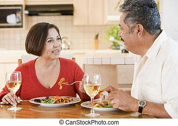 ηλικιωμένος ανδρόγυνο , απολαμβάνω , γεύμα , μαζί