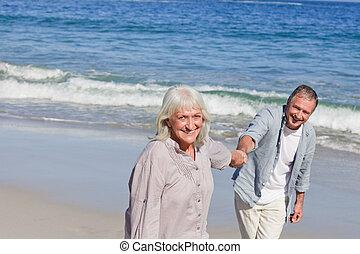 ηλικιωμένος ανδρόγυνο βαδίζω , στην παραλία