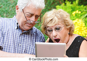 ηλικιωμένος ανδρόγυνο , χρησιμοποιώνταs , tablet.