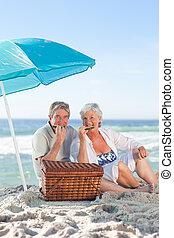 ηλικιωμένος ανδρόγυνο , picniking, στην παραλία