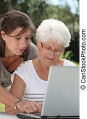ηλικιωμένος γυναίκα , και , νέα γυναίκα , θαλάσσιο σπορ , επάνω , internet
