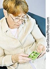 ηλικιωμένος γυναίκα , με , κυτίο για χάπια