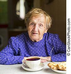 ηλικιωμένος γυναίκα , πίνω αφέψημα