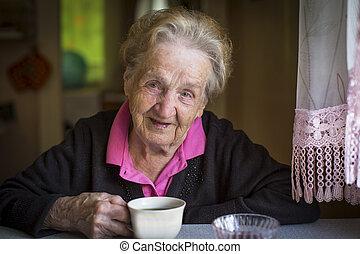 ηλικιωμένος γυναίκα , πόσιμο , tea.