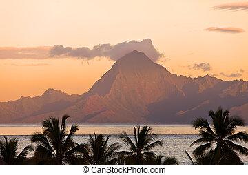 θέα βουνών , polynesia., tahiti., orohena, sunset.