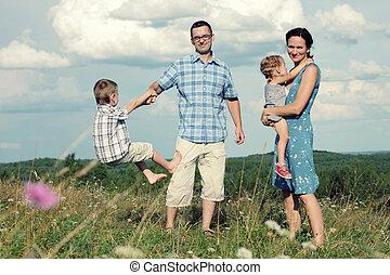 θαμπάδα , οικογένεια , ανώτατος , νέος , τέσσερα , λόφος , φόντο , αστείο , έχει , ευτυχισμένος