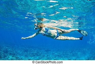 θερμότατος γυναίκα , snorkeling , οκεανόs