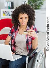 θετικός , ηλικιωμένος γυναίκα , δουλεία χρήσεως laptop