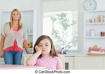 θυμωμένος , ατενίζω , κουζίνα , παιδί , τραπέζι