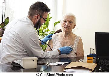 ιατρικός ανάκριση , με , ένα , stethoscope., geriatrician, γιατρός , διερευνώ , lungs.