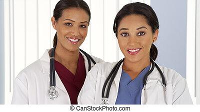 ιατρικός , γιατροί , ατενίζω , ισπανικός αμερικάνικος , φωτογραφηκή μηχανή , αφρικανός