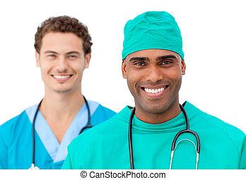ιατρικός εργάζομαι αρμονικά με , ακάθιστος , αναμμένος ανάλογα με καβγάς