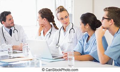 ιατρικός εργάζομαι αρμονικά με , κουβεντιάζω