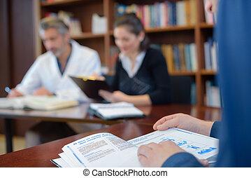 ιατρικός μαθητής , μέσα , βιβλιοθήκη