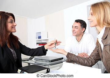 ιδιοκτήτης , αποκτώ , κλειδιά , δικό τουs , σπίτι , ιδιοκτησία, περιουσία