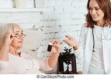 ιλαρός , γυναίκα γιατρός , επίσκεψη , αυτήν , ασθενής , στο σπίτι