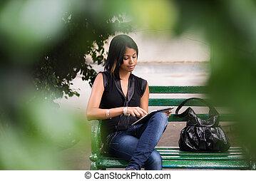ισπανικός γυναίκα , με , αναφερόμενος σε ψηφία δέλτος , pc , επάνω , πάγκος