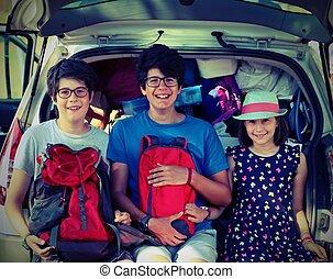 κάθονται , αυτοκίνητο , τρία , μετάβαση , γιορτή , παιδιά , πριν