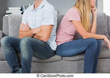 κάθονται , καναπέs , ζευγάρι , μετά , πίσω , μάχη