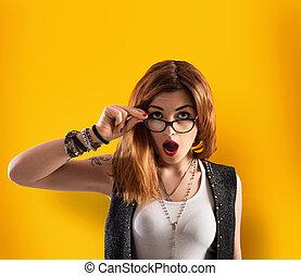 κίτρινο , αγριομάλλης , φόντο , κορίτσι , έχει , έκφραση