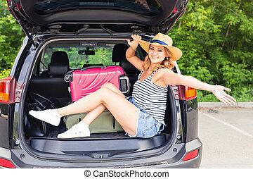 καλοκαίρι , γυναίκα βαρύνω , νέος , άμαξα αυτοκίνητο. , ελκυστικός , κιβώτιο , ανοίγω , ταξίδι , δρόμοs