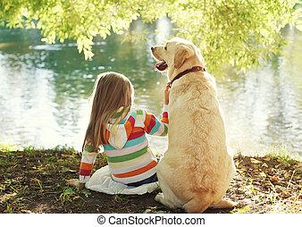 καλοκαίρι , μικρός , σκυλί ράτσας λαμπραντόρ , κάθονται , πάρκο , ηλιόλουστος , σκύλοs , νερό , παιδί , ανακτών