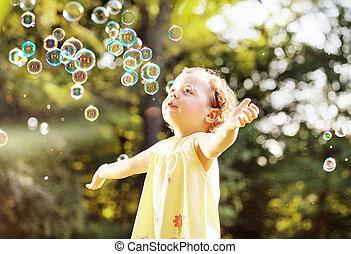 καλοκαίρι , μικρός , φυσώντας , λιβάδι , κορίτσι , αφρίζω , σαπούνι