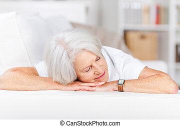 καναπέs , ανώτερος γυναίκα , κοιμάται