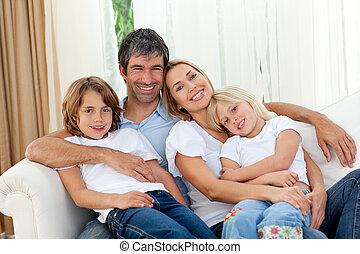 καναπέs , χαμογελαστά , ανακουφίζω από δυσκοιλιότητα , οικογένεια