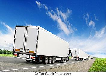 καραβάνι , από , άσπρο , ανοικτή φορτάμαξα , επάνω , εθνική οδόs , κάτω από , γαλάζιος ουρανός