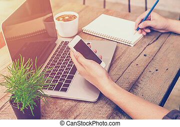 κατάστημα , καφέs , επιχείρηση , κρασί , laptop , filter., νέος , χέρι , τηλέφωνο , κράτημα , χρησιμοποιώνταs , γράψιμο , άντραs