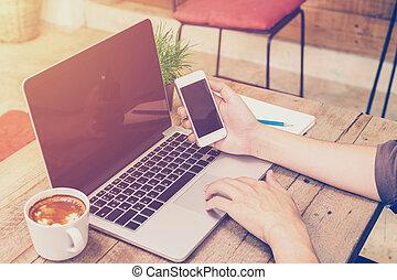 κατάστημα , καφέs , επιχείρηση , κρασί , laptop , filter., νέος , χέρι , τηλέφωνο , κράτημα , χρησιμοποιώνταs , άντραs